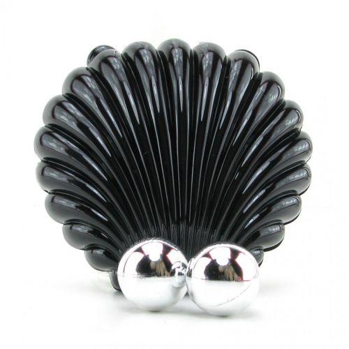 Черная раковина с жемчужинами