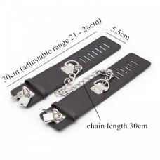 Черные наручники с замками..