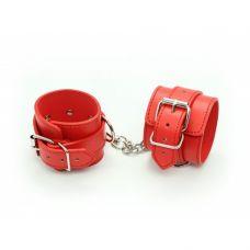 Красные наручники с карабином..